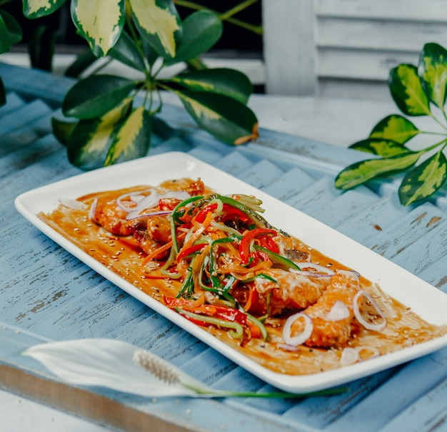 Frango frito com legumes em cima da mesa Foto gratuita