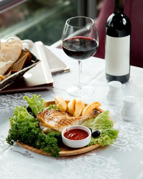 Frango frito e batata com vinho tinto Foto gratuita