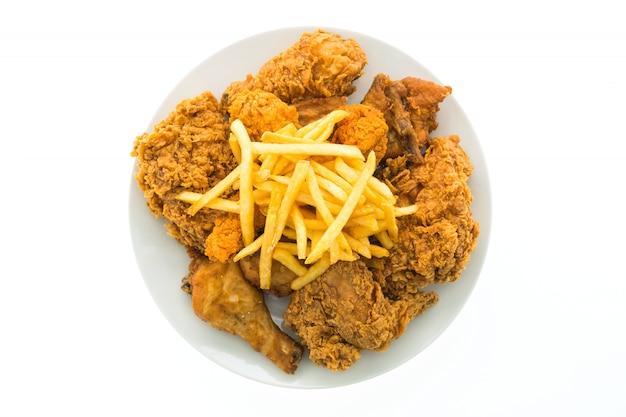 Frango frito e batatas fritas em chapa branca Foto gratuita