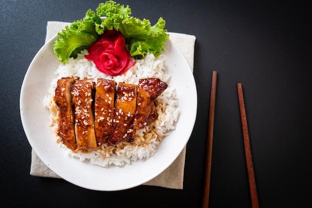 Frango grelhado com molho teriyaki e arroz coberto Foto Premium