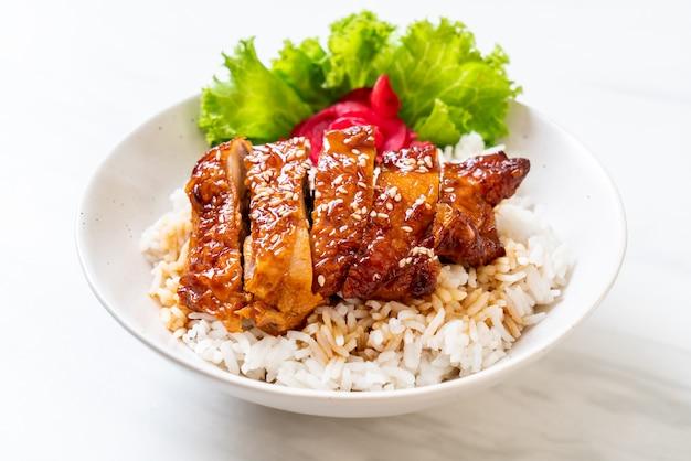 Frango grelhado com molho teriyaki no arroz coberto Foto Premium