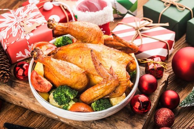 Frango inteiro assado com decoração de natal. Foto gratuita