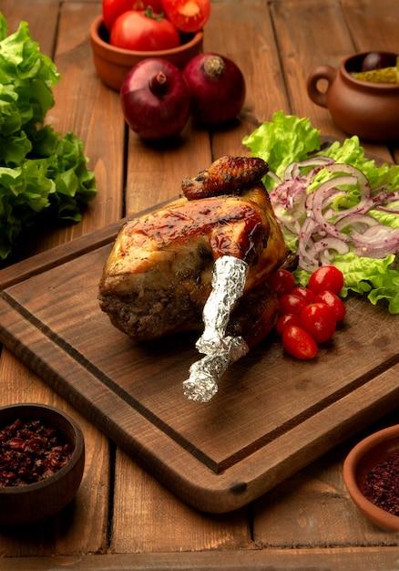 Frango lyavanga com tomate cereja, cebola e alface Foto gratuita