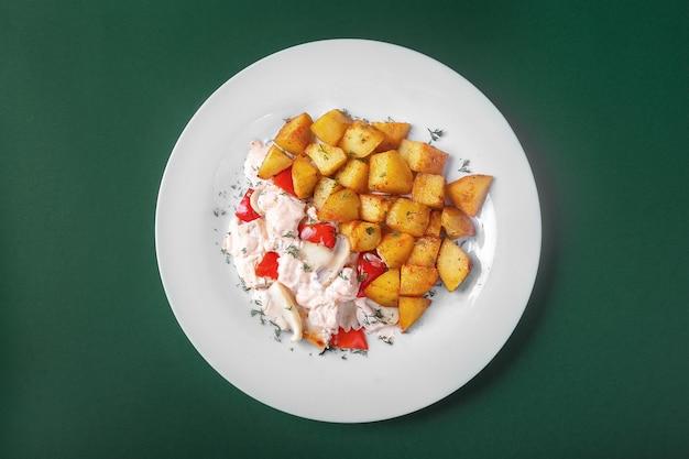 Frango, peru com batatas para o menu Foto Premium