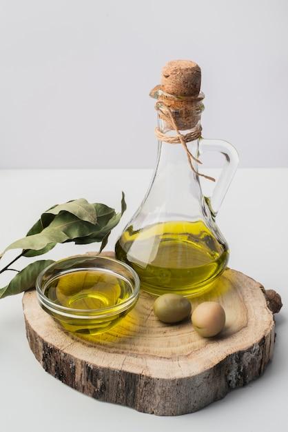 Frasco de close-up de azeite e azeitonas Foto gratuita