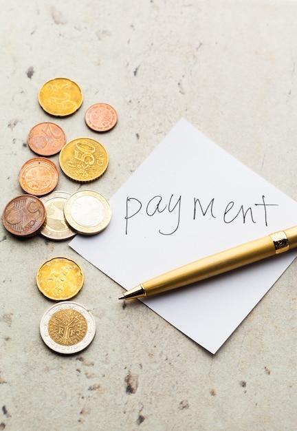 Frasco de dinheiro com moedas Foto Premium