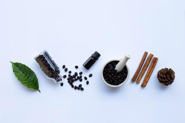 Frasco de vidro com óleo essencial de café em branco Foto Premium