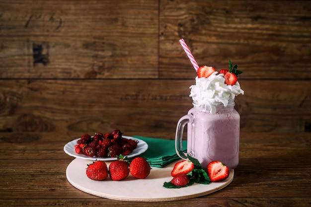 Frasco de vidro de smoothie de morango caseiro Foto Premium