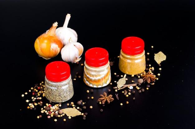 Frascos com especiarias secas de solo, erva Foto Premium