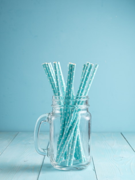 Frascos de pedreiro com palhas de papel amarelo e boné. ideal para bebidas de verão e smoothies. Foto Premium