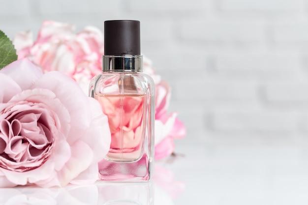 Frascos de perfume com flores Foto Premium