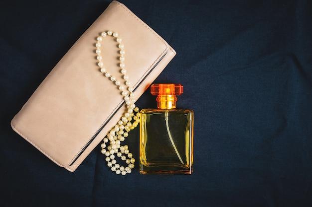 Frascos de perfume e bolsas femininas com belas jóias Foto Premium