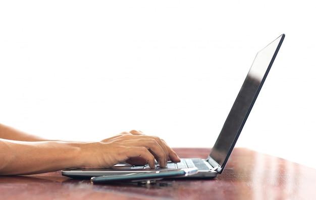 Freelance trabalhar em casa com laptop mulher escrevendo um blog. mãos femininas no teclado Foto Premium