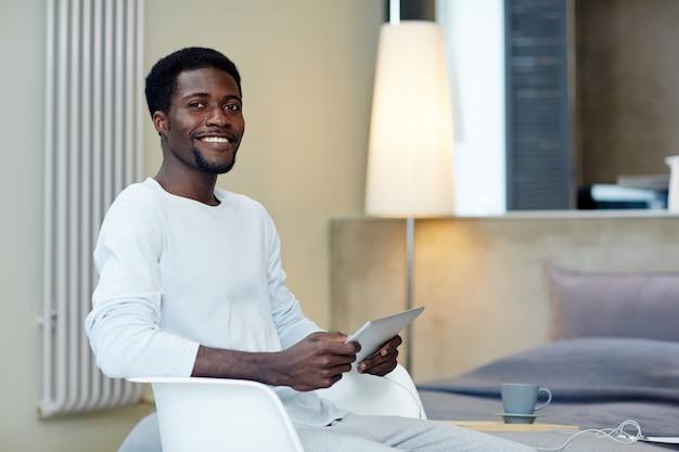 Freelancer sorridente trabalhando em casa Foto gratuita