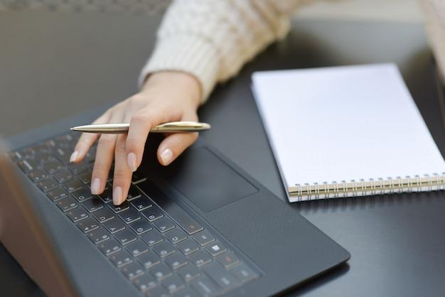 Freelancer trabalhando ao ar livre Foto gratuita