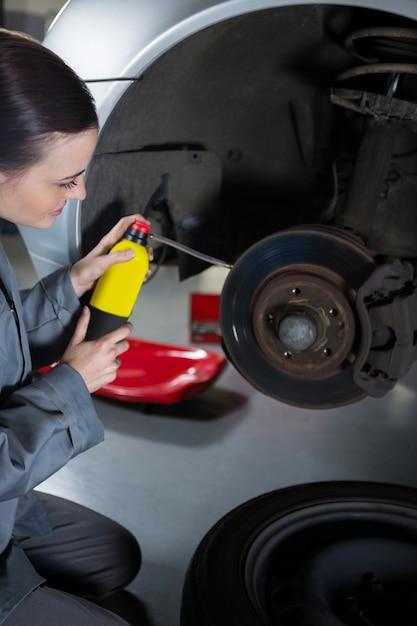 Freio do carro lubrificação mecânico fêmea Foto gratuita
