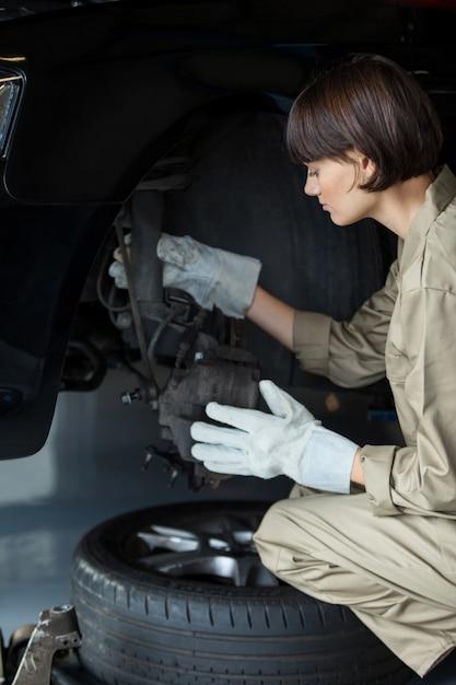 Freio do carro mecânico feminino Foto gratuita
