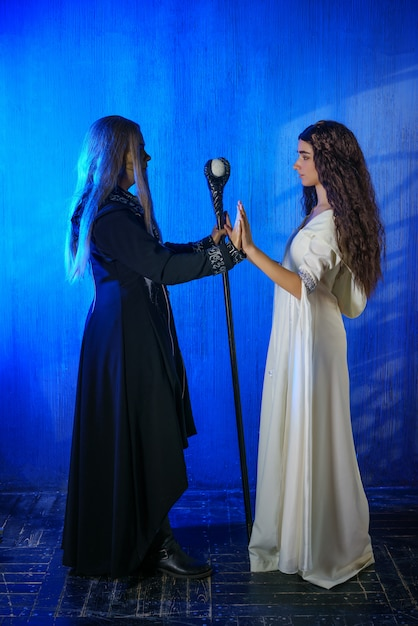Freira e mágico de cosplay, personagens da peça Foto Premium