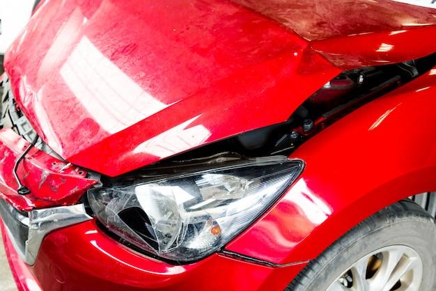 Frente do carro vermelho obter acidente acertar o dano até acidente Foto Premium