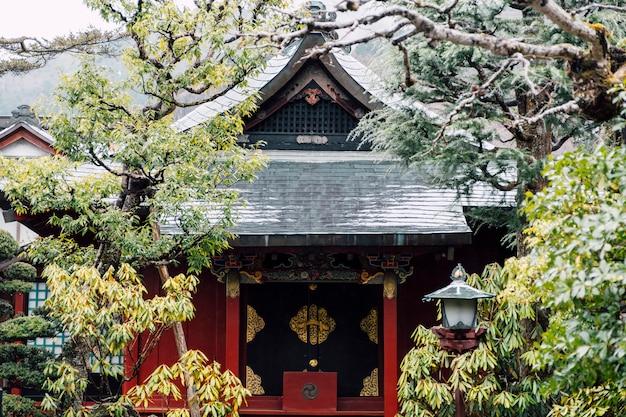 Frente do templo vermelho japão Foto gratuita
