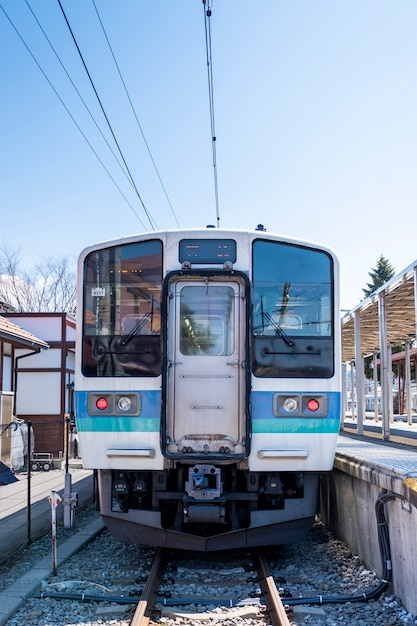 Frente do trem local no japão Foto gratuita