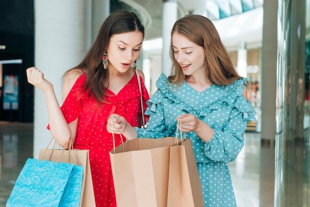 Frente, vista, amigos, com, bolsas para compras Foto gratuita