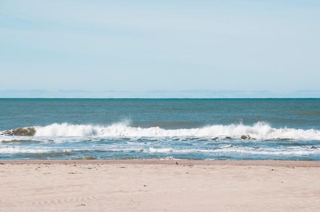 Frente vista mar ondas batendo a costa Foto gratuita