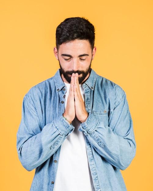 Frente, vista, sujeito, orando, posição Foto gratuita