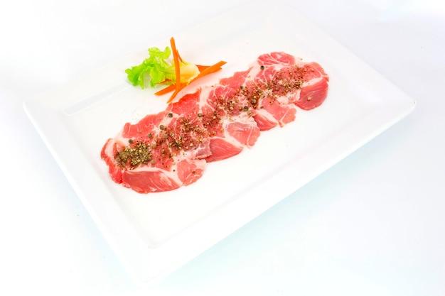 Frescura deslizou a carne de porco no prato branco para grill Foto Premium