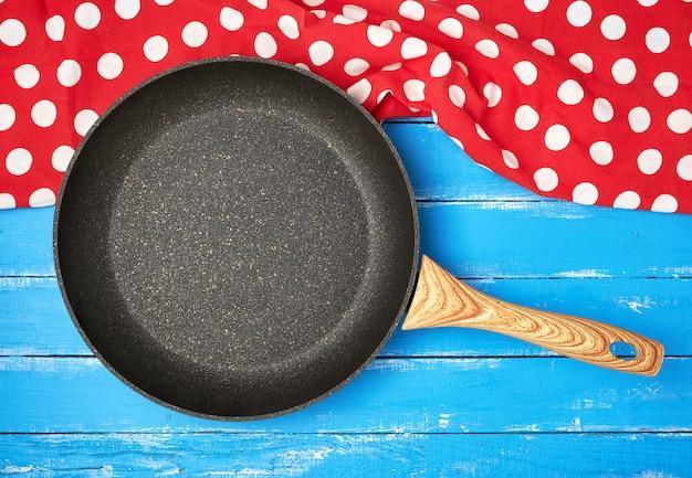 Frigideira antiaderente redonda preta vazia com punho o Foto Premium