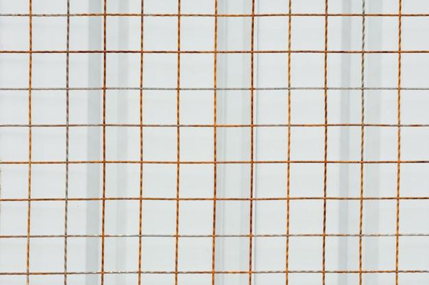Friso de aço enferrujado frente a placa de metal branco Foto Premium