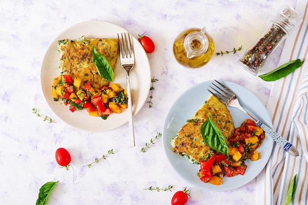 Fritada com abobrinha, queijo, manjericão e salsa de tomate. omelete italiana. Foto Premium
