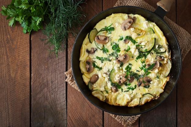 Fritada com cogumelos, abobrinha e queijo Foto gratuita
