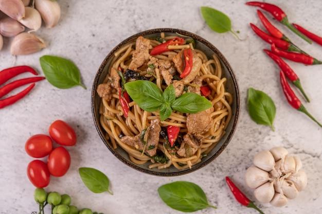 Frite o espaguete e coloque a carne de porco em uma tigela. Foto gratuita