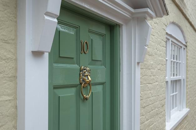 Frontdoor da mansão inglesa em londres grã-bretanha Foto Premium
