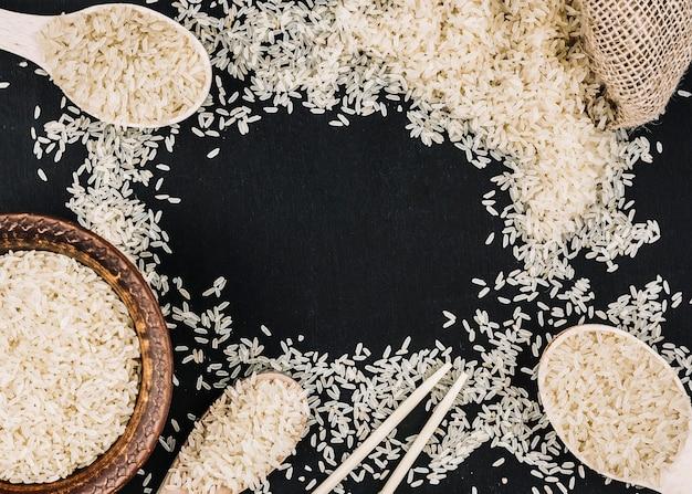 Fronteira de arroz branco derramado Foto gratuita
