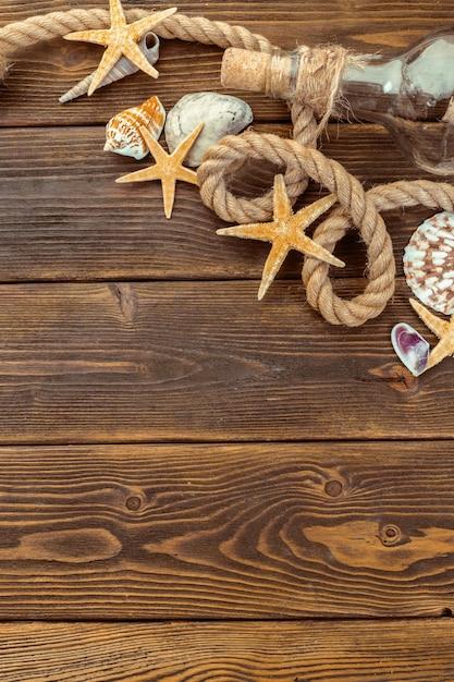 Fronteira de conchas na madeira, marinho Foto Premium