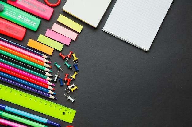 Fronteira de material escolar em um fundo de quadro de giz Foto Premium