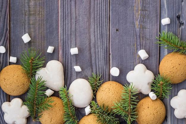 Fronteira de natal com pão de mel, marshmallow e galho de árvore do abeto Foto Premium