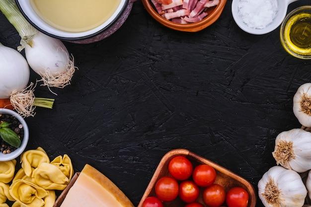 Fronteira de panela e ingredientes de massa Foto gratuita