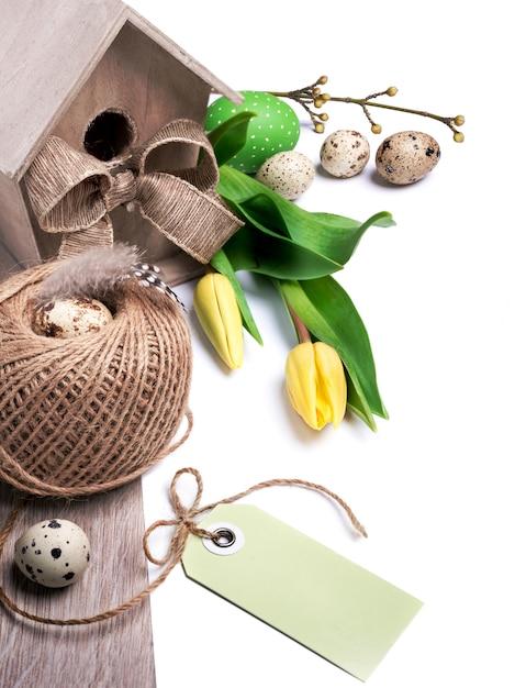 Fronteira de páscoa com tulipas amarelas e decorações naturais Foto Premium
