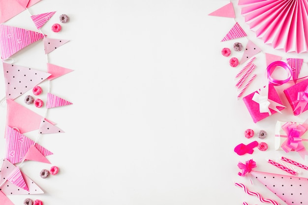 Froot loops doces; presente de aniversário e acessórios do partido no fundo branco Foto gratuita
