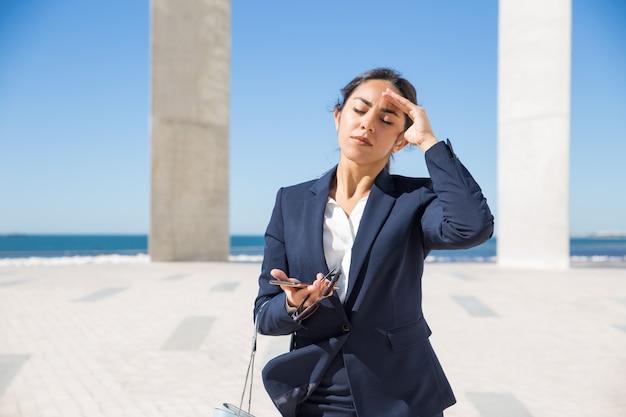 Frustrado, senhora negócio, sofrimento, de, calor Foto gratuita