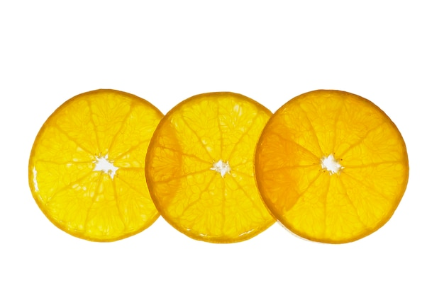 Fruta alaranjada suculenta cortada fresca ajustada sobre o branco - textura alaranjada tropical da fruta para o uso Foto gratuita