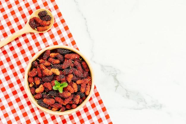 Fruta amora preta em tigela Foto gratuita