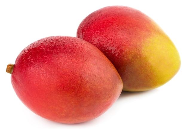 Fruta da manga com gotas de água. isolado em um branco. Foto Premium