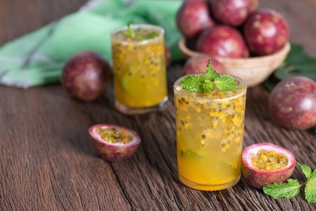 Fruta da paixão fresca com hortelã e água de soda no vidro, água da desintoxicação, bebida saudável. Foto Premium