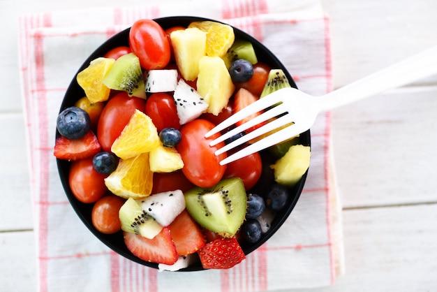 Fruta de salada de frutas frescas frutas e vegetais de verão Foto Premium