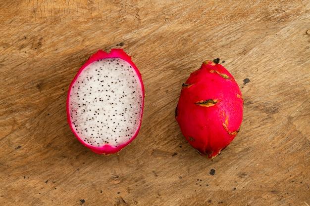 Fruta do dragão vista superior com fundo de madeira Foto gratuita