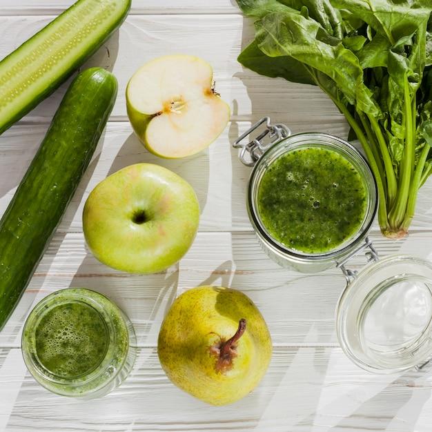 Fruta e vegetais verdes na tabela Foto gratuita